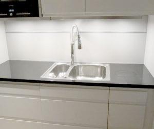 hvitt kjøkken med teleskop armatur